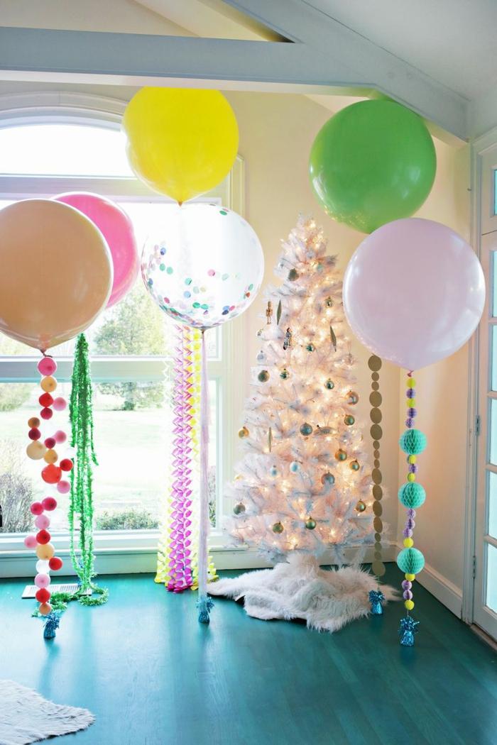 grandes globos con helio en colores pasteles con guirnaldas de papel, globos de cumpleaños y árbol navideño
