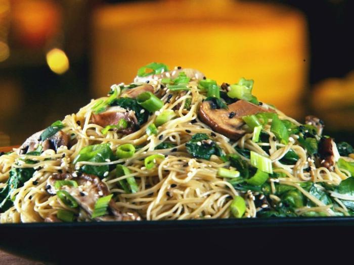 cenas rapidas y faciles con noodles, verduras, cebolla y setas, plato sabroso y sano paso a paso, cenas rapidas y faciles