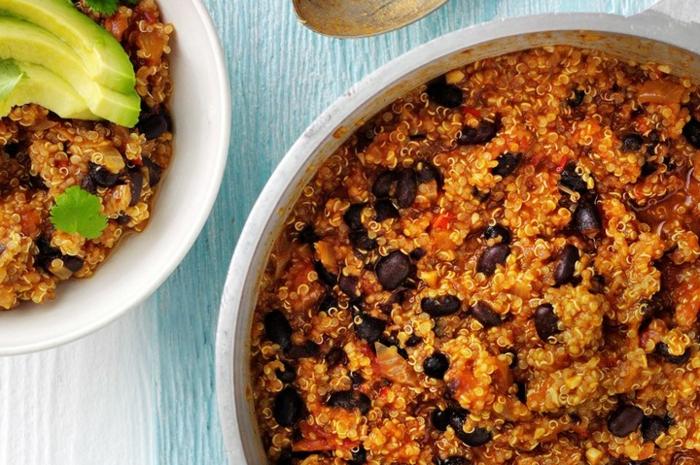 cocido sabroso con quinoa, salsa de tomates, frijoles negros y aguacate, como preparar comidas rapidas y faciles