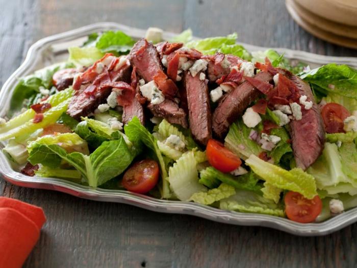 ensalada verde con lechuga y cherry tomates, carne de ternera y queso blanco, fotos de cenas rapidas y faciles