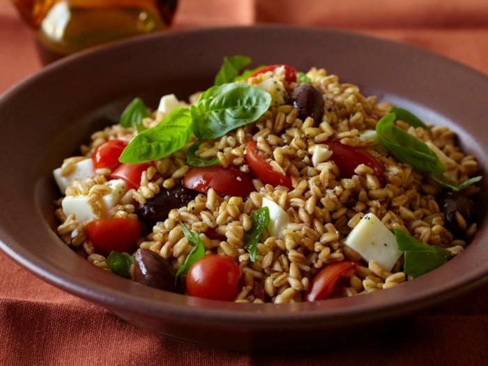 ensalada saludable con muchos nutrientes, tomates cherry, queso, espinaca y aceitunas, cenas rapidas y faciles