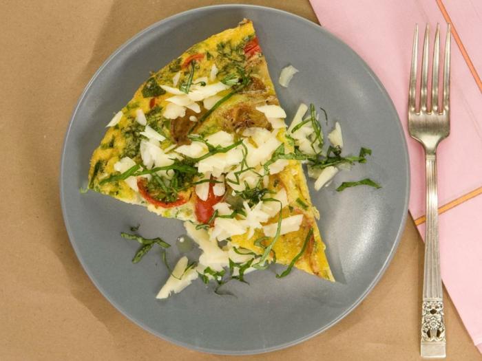 tortilla saludable con muchas verduras y queso rallado, ideas originales de cenas rapidas y faciles