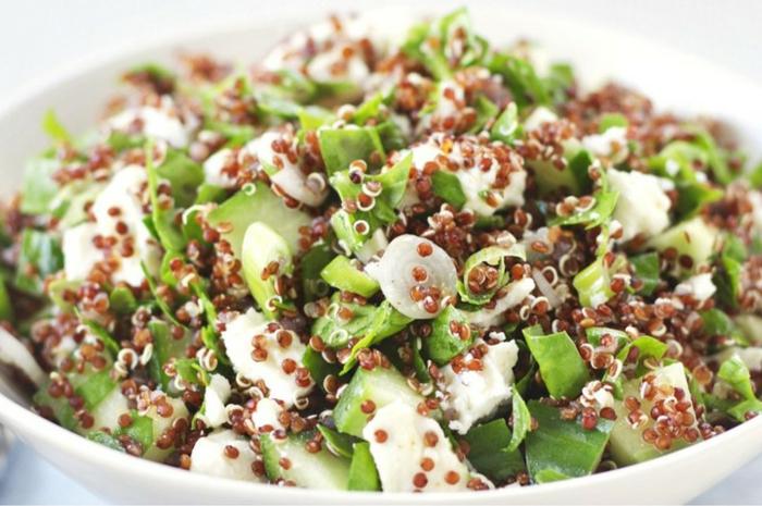 ensalada con lechuga, quinoa roja, mozzarrela y cebolla, ejemplo de comidas rapidas y faciles