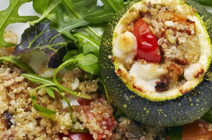 ideas de comidas rapidas y faciles con aguacate y quinoa, aguacate relleno con quinoa y tomates
