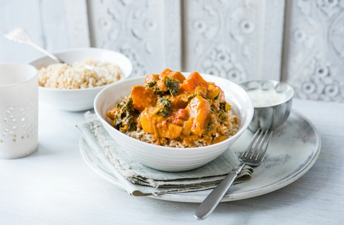 cenas sanas y ricas paso a paso, recetas de curry vegetariano con calabaza y arroz suelto blanco