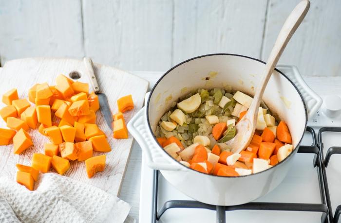 pasos para preparar un curry vegetariano, cebolla en cubos, ejemplos de recetas para cenas sanas