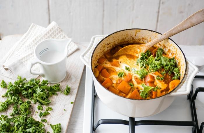 sabrosa idea de cocido sin carne con calabaza, cebolla, salsa de tomate y col, propuesta para cenas sanas