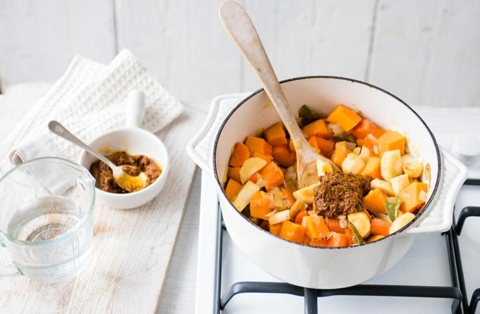 ideas para hacer cenas sanas sin carne, curry vegetariano con vegetales, calabaza y pasta de aceitunas negras