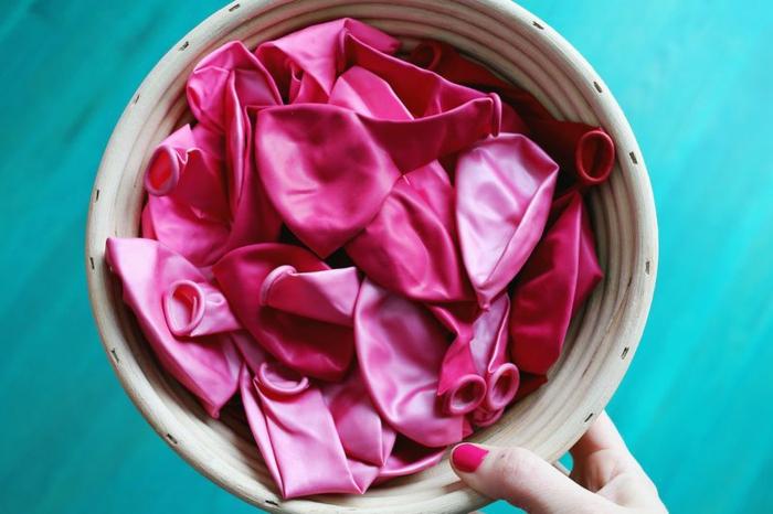 decoracion fiesta cumpleaños con globos en color rosa, como hacer arco de globos instrucciones paso a paso