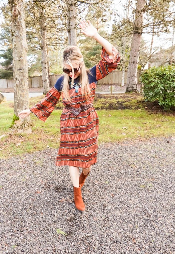 ideas ropa hippie mujer, vestido largo en color naranja y azul, botas en marrón, vestido hippie para el verano