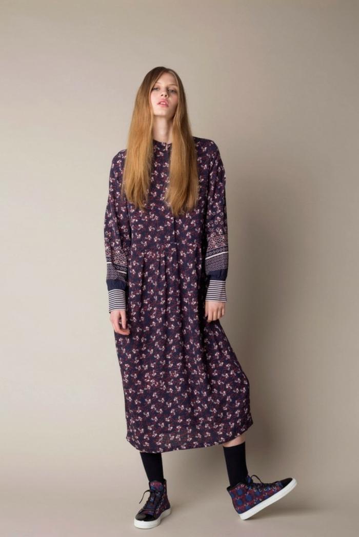 vestidos largos estampados modernos, vestido maxy con mangas largas en color morado con estampado de flores pequeños