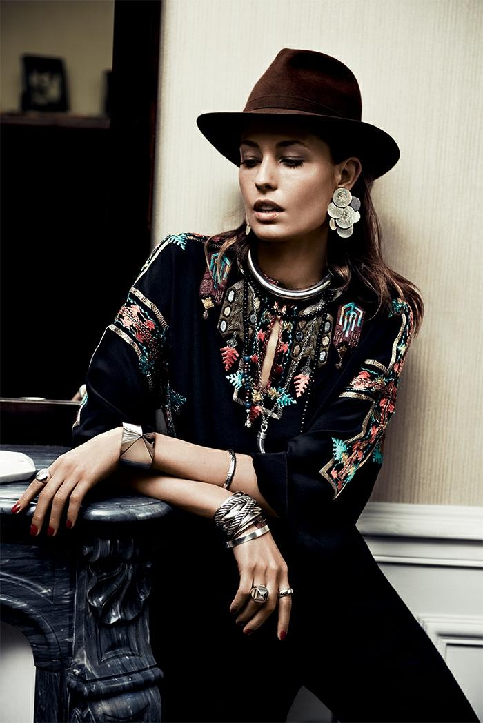 prenda de encanto en estilo boho chic, blusa en negro con bordado colorido con motivos étnicos, sombrero de terciopelo color marrón