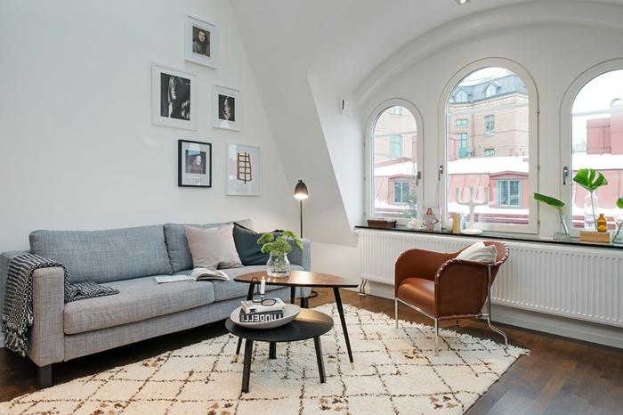 ideas para decorar un salon en blanco y gris, ventanas de medio punto y paredes en blanco, sofá moderna en gris
