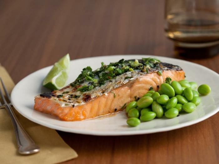 sabrosos plato cocido en media hora, salmón en horno adornado de guisantes y lima, ejemplos recetas de cocina casera