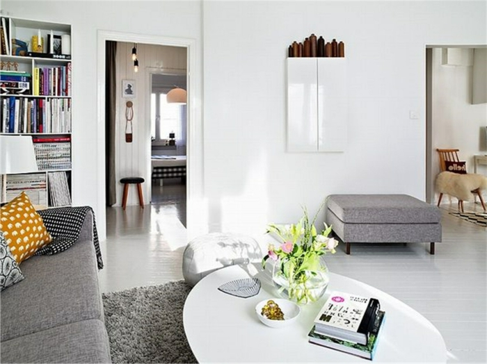 salón bonito con mesa oval en blanco y sofá en gris, como decorar un salon comedor abierto ideas creativas