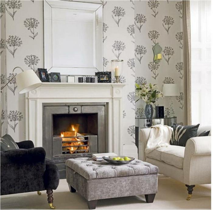 paredes grises con papel pintado con estampado de flores, rincón acogedor de un salón con chimenea de leña