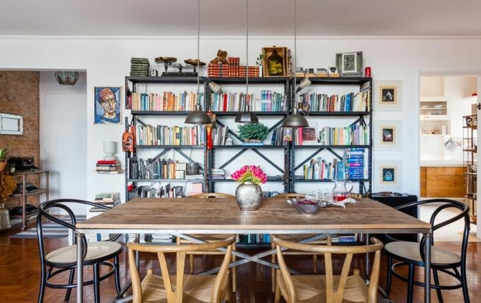 decoracion de salones pequeños en estilo bohemio, mesa de madera y sillas de diferente diseño, salon comedor de encanto