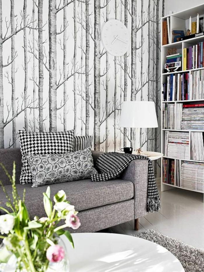 ingeniosas ideas para decorar un salon pequeño, paredes con papel pintado en blanco y gris, sofá en gris y decoración de flores