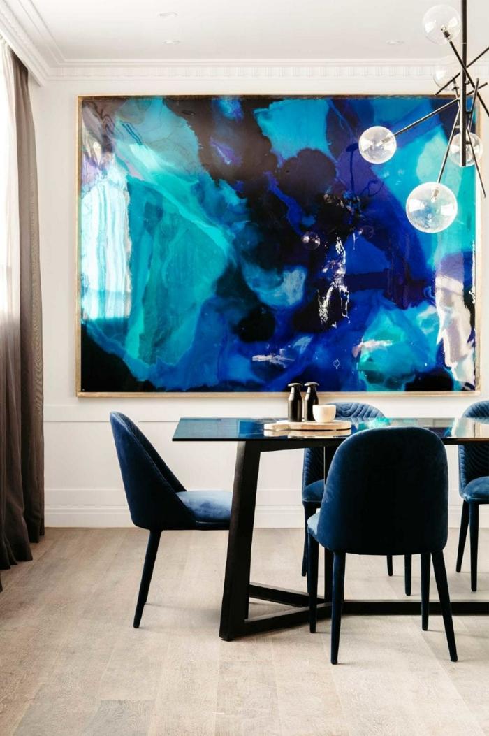 decoracion de salones modernos abiertos al salón, preciosa pintura como punto focal, cortinas en marrón y sillas de diseño en azul