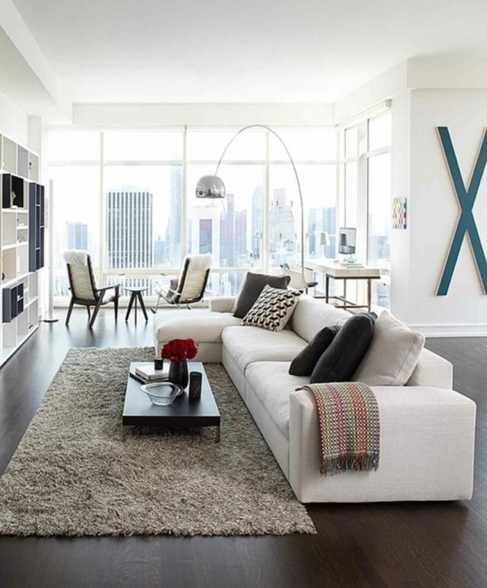 salon moderno decorado en blanco y gris con grandes ventanales, ideas sobre como decorar un salon comedor moderno