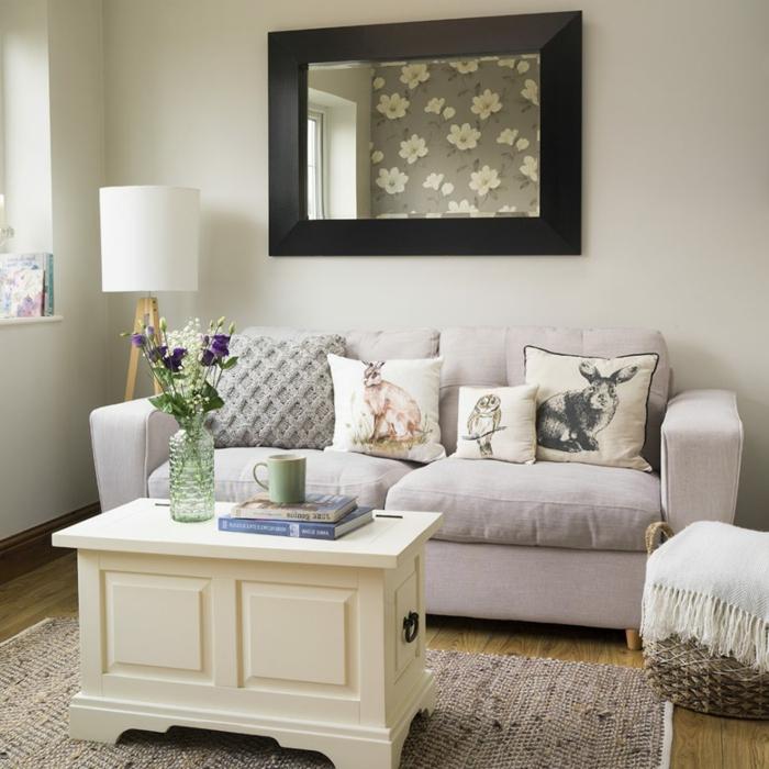 salon comedor moderno con bonita decoración, cojines decorativos originales y muebles en colores claros