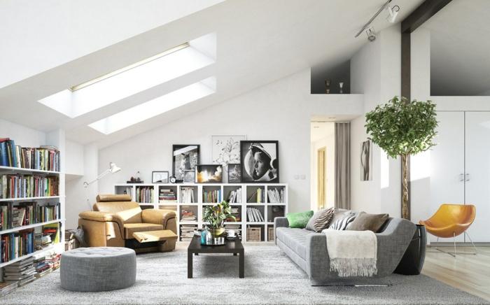 decoración de salon comedor moderno, espacio con techo inclinado y ventanas de techo, estanterías mdoernas