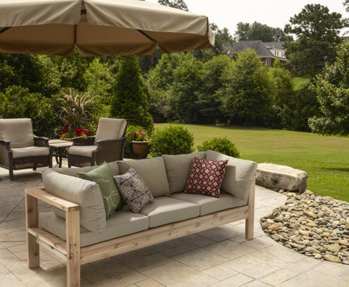decoración para la veranda y el jardín, proyectos DIY con cosas hechas con palets, sofá de palets con colchonetas en beige