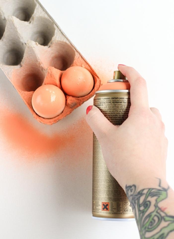 huevos de pascua para colorear, técnica fácil con spray acrílico, huevos pintados en color naranja con efecto ombre