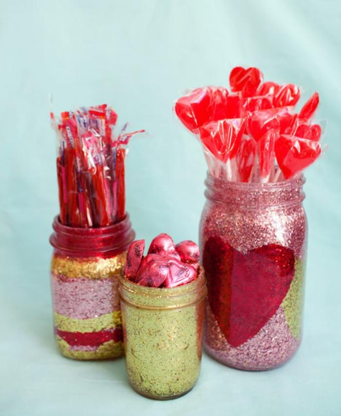 decoración de encanto para el día de los enamorados, botes de cristal decorados llenos de dulces y caramelos