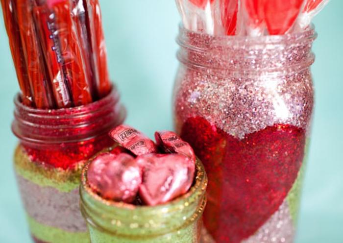 bonita decoración para el día de San Valentín, frascos de vidrio decorados con purpurina brillante, ideas de manualidades con botes de cristal