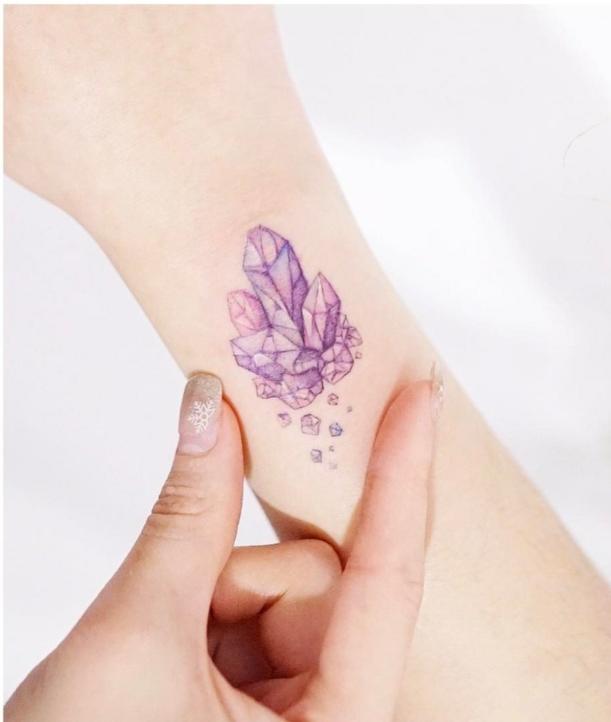 diseños de tatuajes chicos, tatuaje con diamantes en lila y rosado en la mano, ideas tatuajes para mujeres modernos