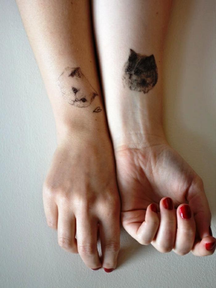 tatuajes bonitos de animales, dos tatuajes de cabezas de gato en las dos manos, ideas de tatuajes para mujeres