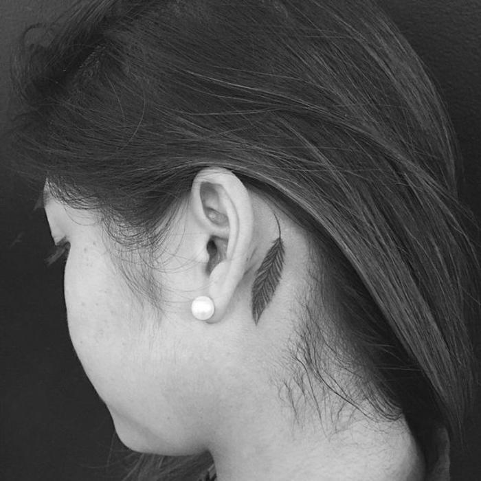 preciosos diseños de tatuajes chicos detrás de la oreja, pluma en negro bonita, diseños originales tatuajes para mujeres