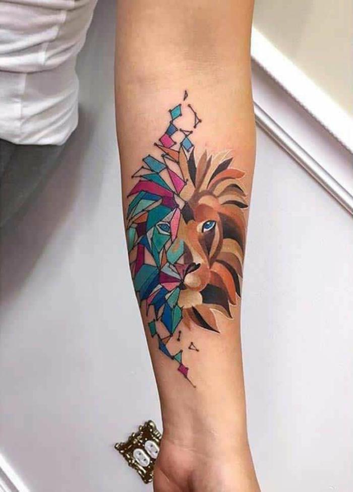 diseños de tatuajes de encanto, precioso tatuaje en colores, león en dos partes dibujado con pintura aquarela en el antebrazo