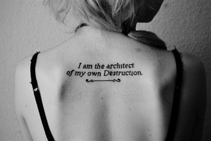 bonitos diseños de diseños de tatuajes con letras, tatuaje en la espalda con significado, ideas tatoos mujer