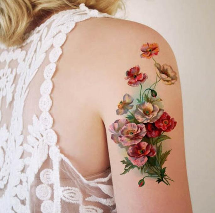 tatuajes para mujeres con diseños de flores, precioso tatuaje colorido en el brazo, ramo de flores en rojo, blanco y naranja