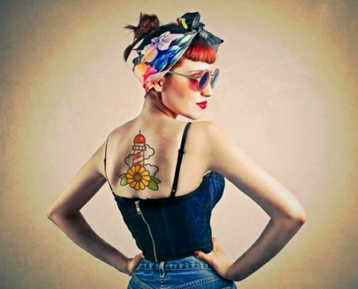 ideas originales tatuajes espalda mujer, muejr con pelo recogido y espalda descubierta, grande tatuaje en colores