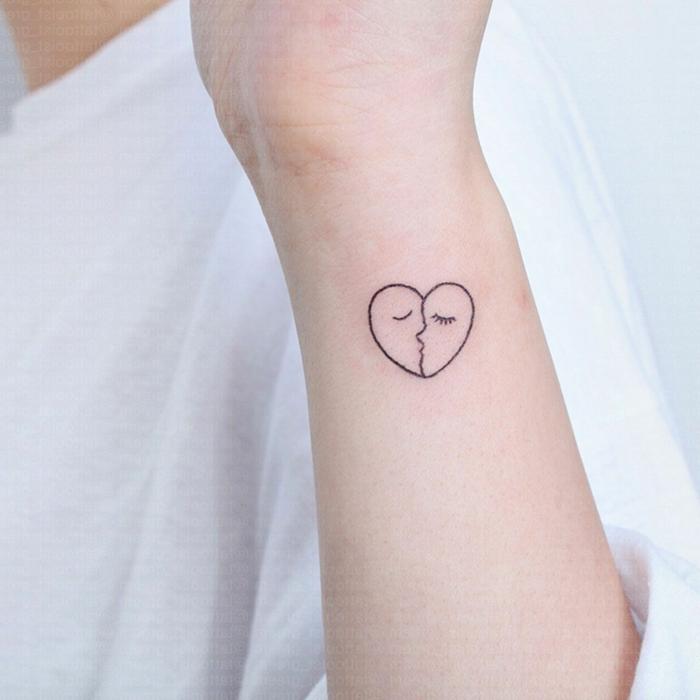 tatoos pequeños ideas, tatuaje en forma de corazón dividido en dos partes, ejemplos de tatuajes minimalistas simvólicos