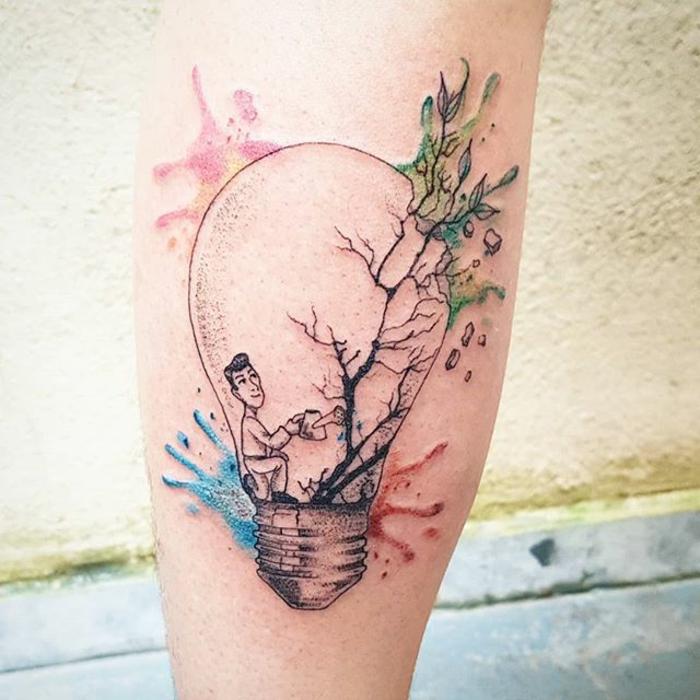 variantes de tatuajes para mujeres en el brazo, ideas creativas con pintura acuarela, dibujo de bombilla con un hombre dentro