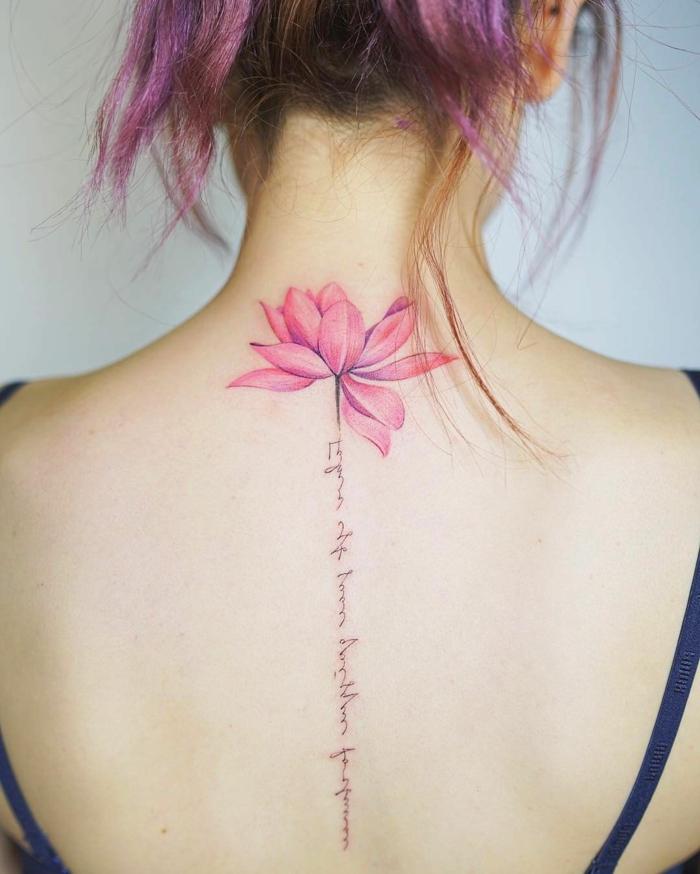 tatuajes con flores en la espalda, diseños originales de tatuajes bonitos, flor lotus con letras dibujados en la columna vertebral