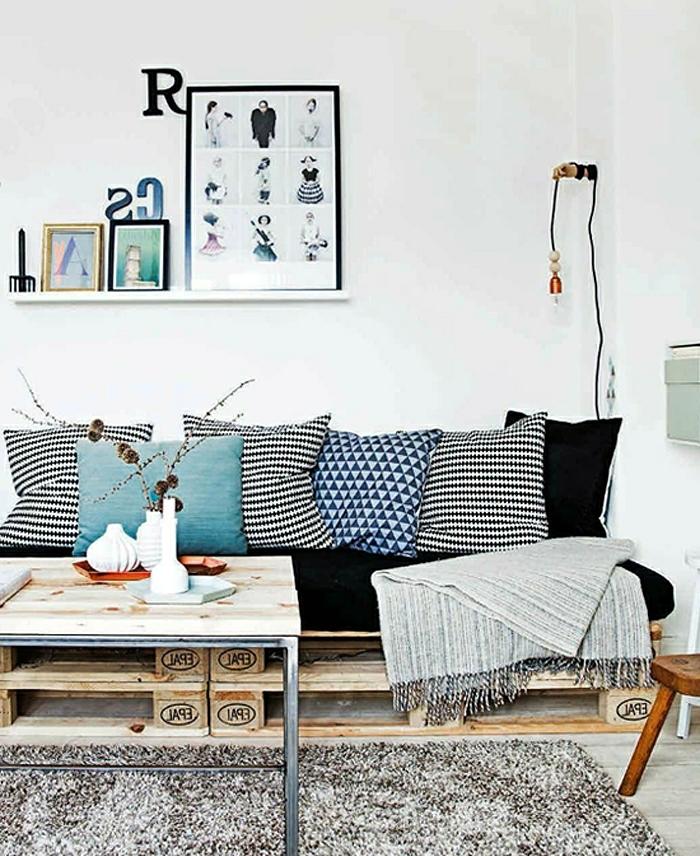 decoració de encanto, salón decorado en etilo escandinavo con sofas hechos con palets, decoración en colores claros