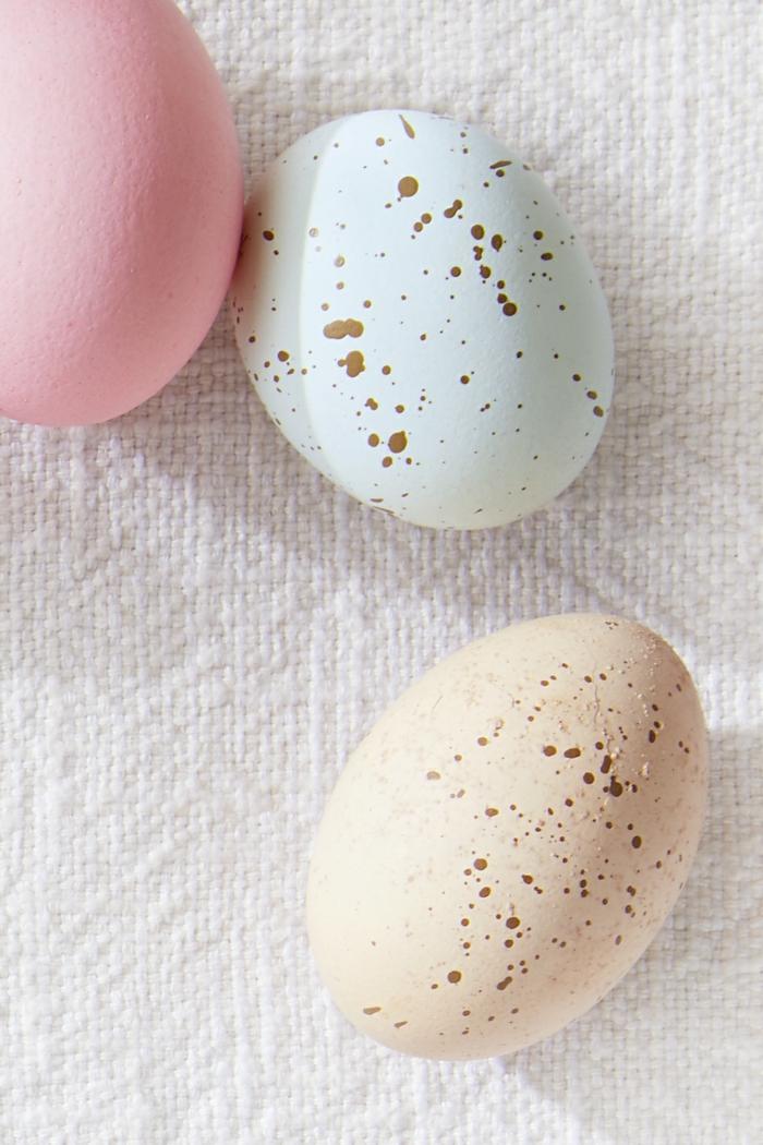 como pintar huevos de pascua en colores pastel, huevos de pascua DIY, bonitas ideas para decorar la casa en primavera