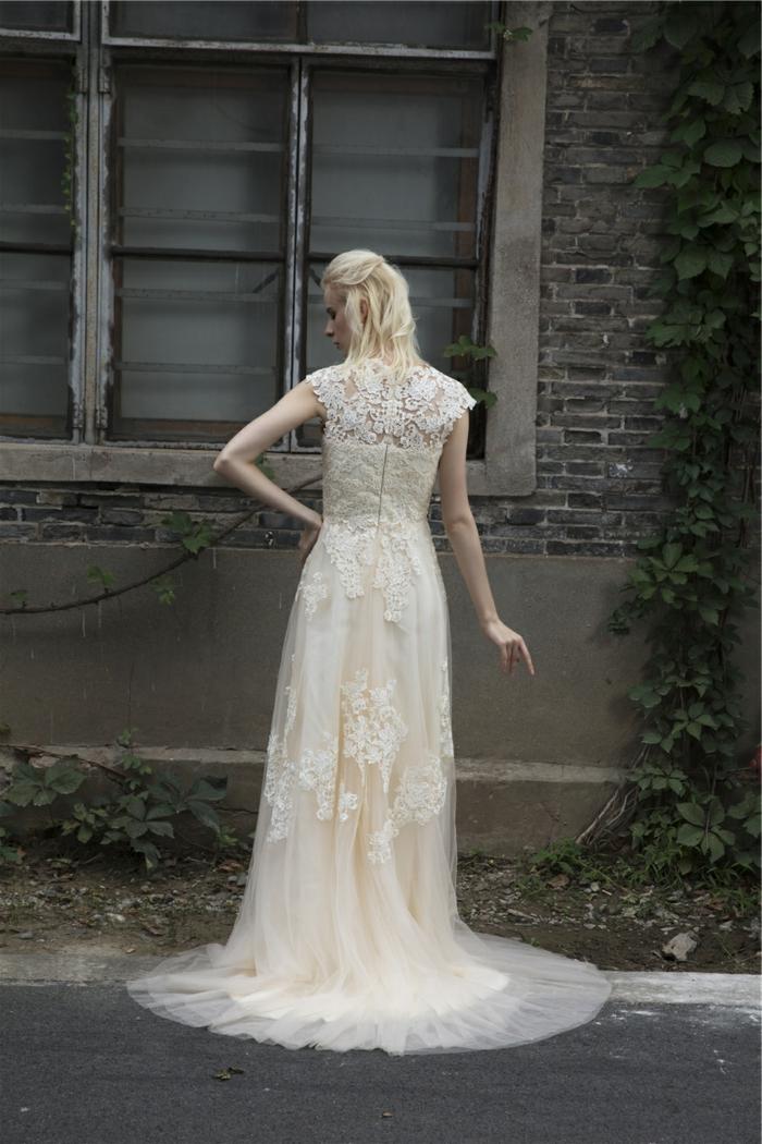 vestido de encaje en color marfil, falda de tul con bordado de flores, diseño sencillo, ejemplos de vestidos novia hippie modernos