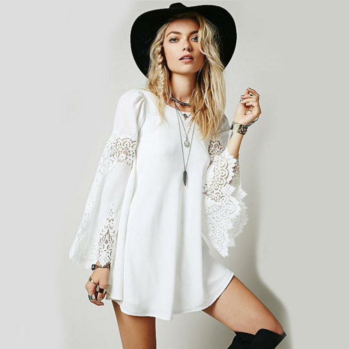 ideas ropa hippie mujer, vestido maxy muy corto en blanco con mangas largas y partes de encaje, sombrero en negro y botas largas negras