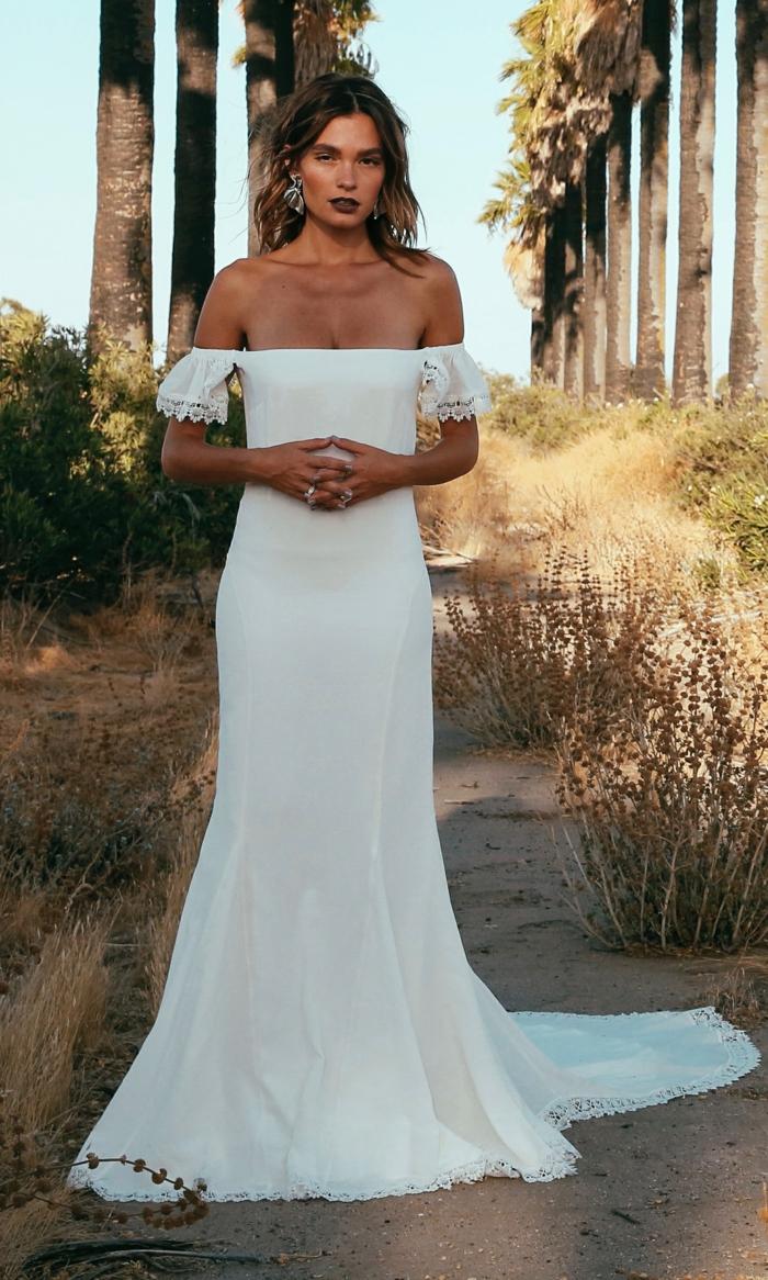 tendencias vestidos novia hippie, vestido largo color blanco nuclear con mangas caídas y corte princesa, pelo suelto ondulado