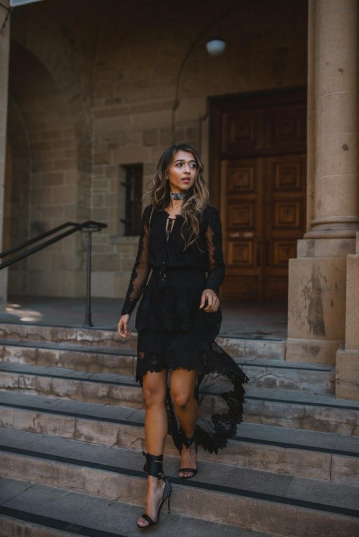propuestas de vestidos ibicencos baratos, vestido de encaje en negro, falda en capas y mangas semitransparentes, zapatos en tacón alto con correas en el tobillo