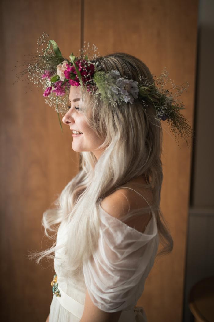 ejemplos de vestidos novia boho, vestido con hombros caídos de tul, cabello largo suelto ondulado, corona de flores artificiales