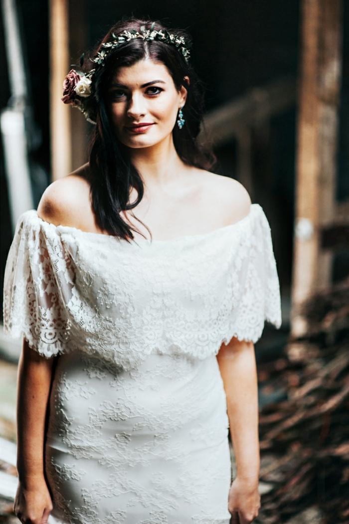 vestido de encaje con hombros caídos, tendencias vestidos novia boho, pelo suelto con corona de flores en tonos pastel