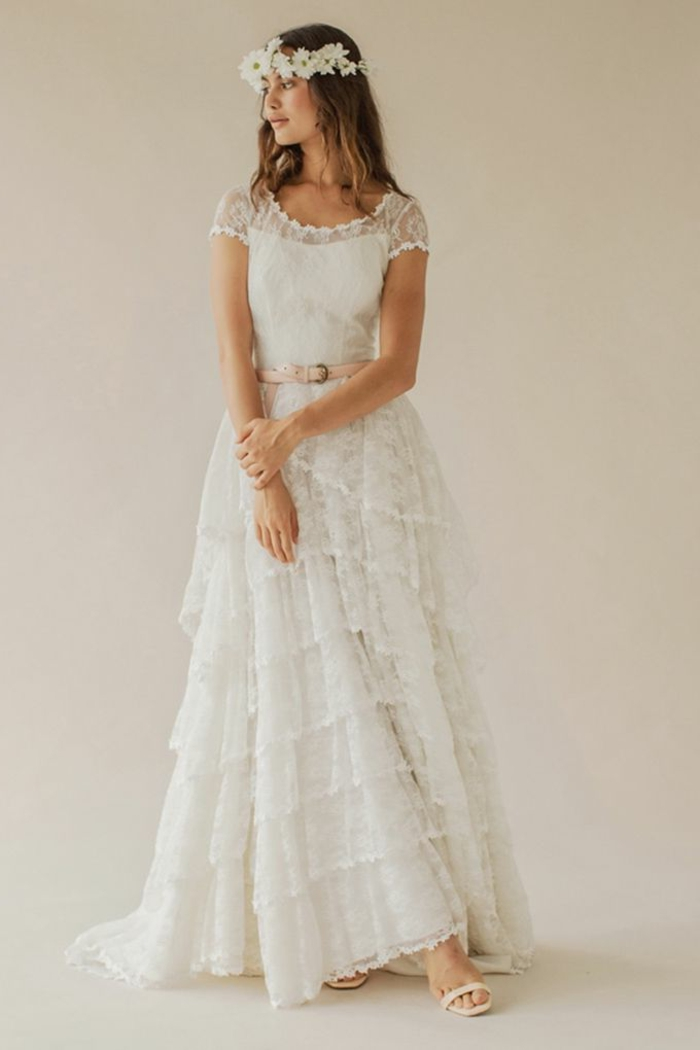 tendencias vestidos de novia hippie chic, vestido largo color blanco perla con falda en volantes