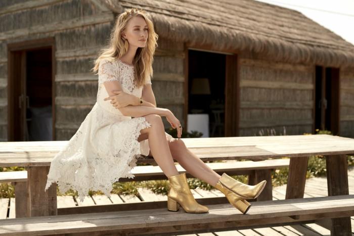 ideas vestidos de novia hippie chic, vestido corto de encaje con mangas cortas y escote ilusión, pelo suelto ondulado